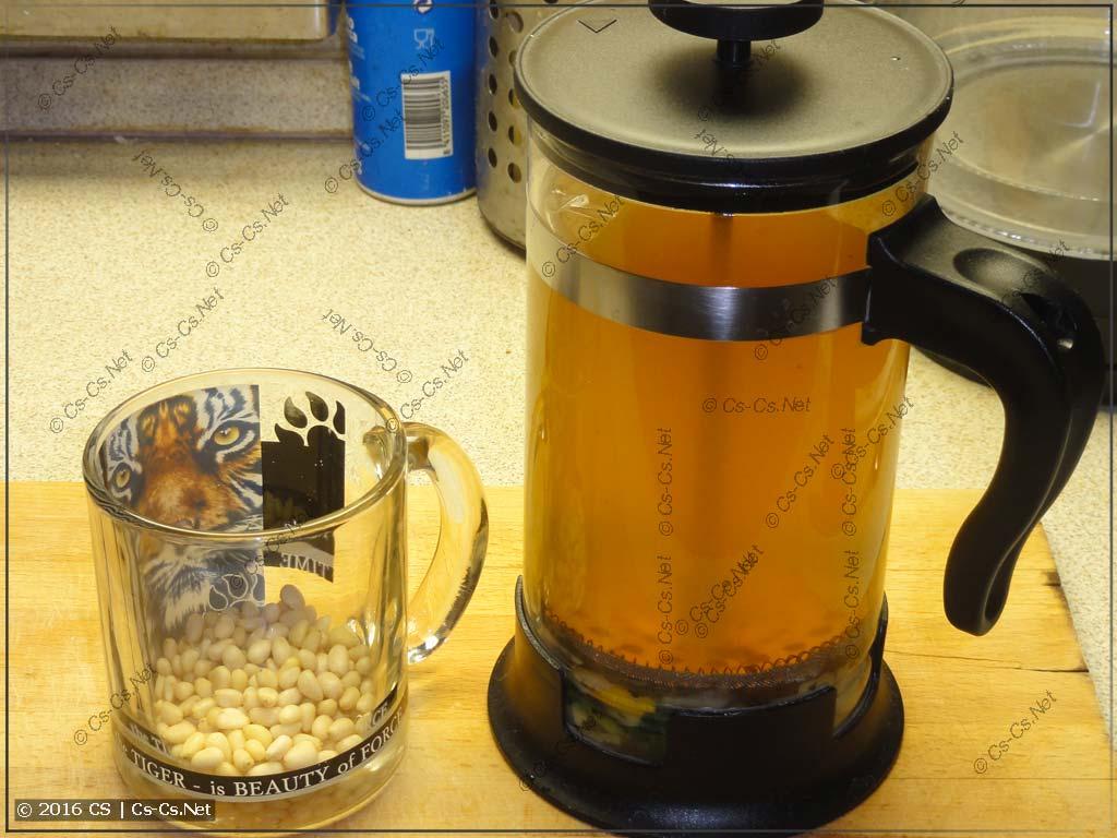 Чай настоялся и можно пить (с кедровыми орешками)