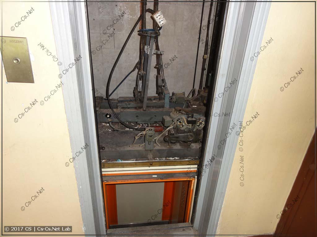 Двери открыты навечно, кабина готовится к демонтажу