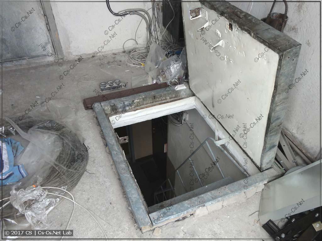Люк от лестницы в машинное отделение лифта и на крышу