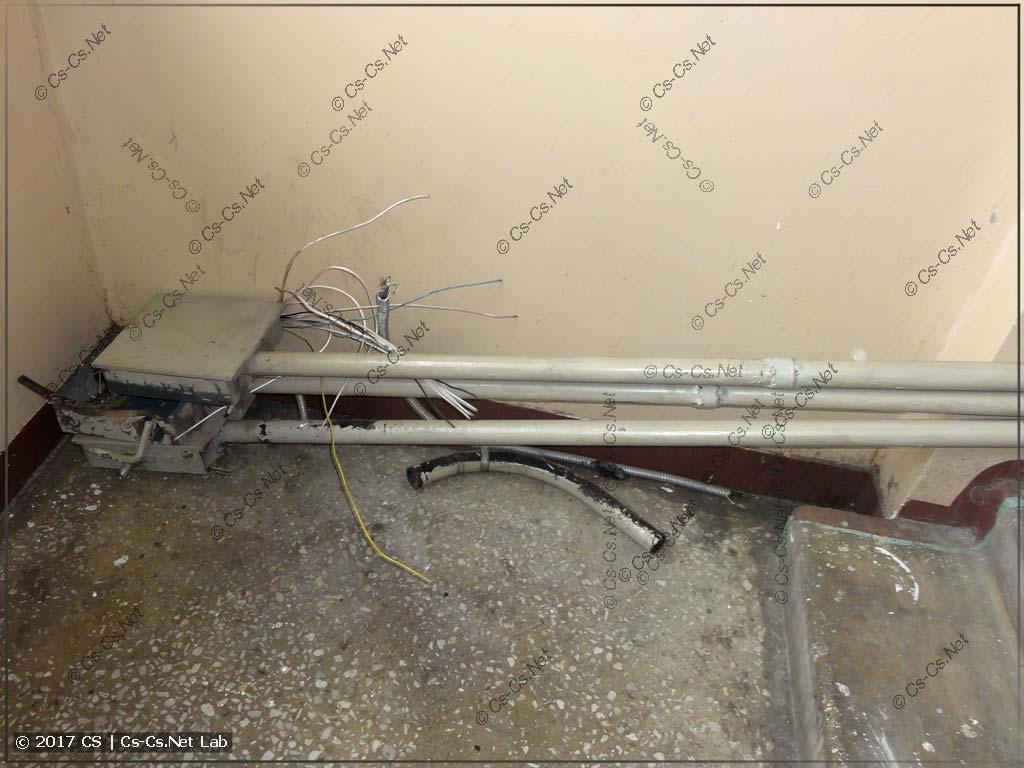 Демонтаж лифта: срезали старые трубы для проводов управления