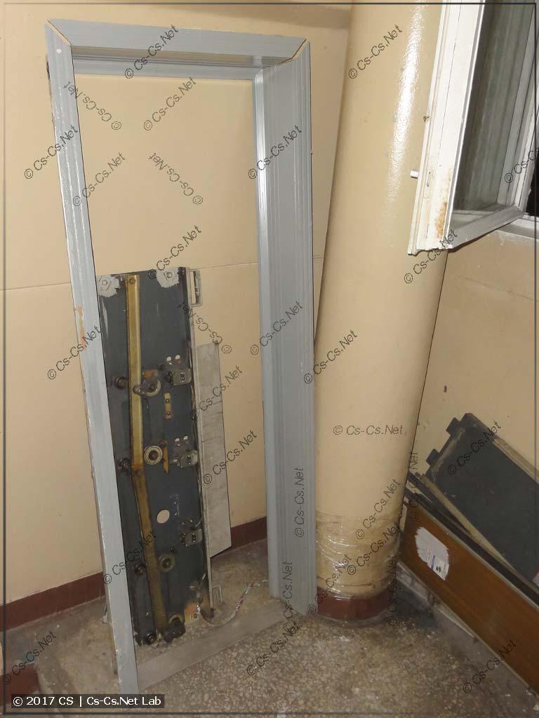 Демонтаж лифта: сняли старые двери и порталы