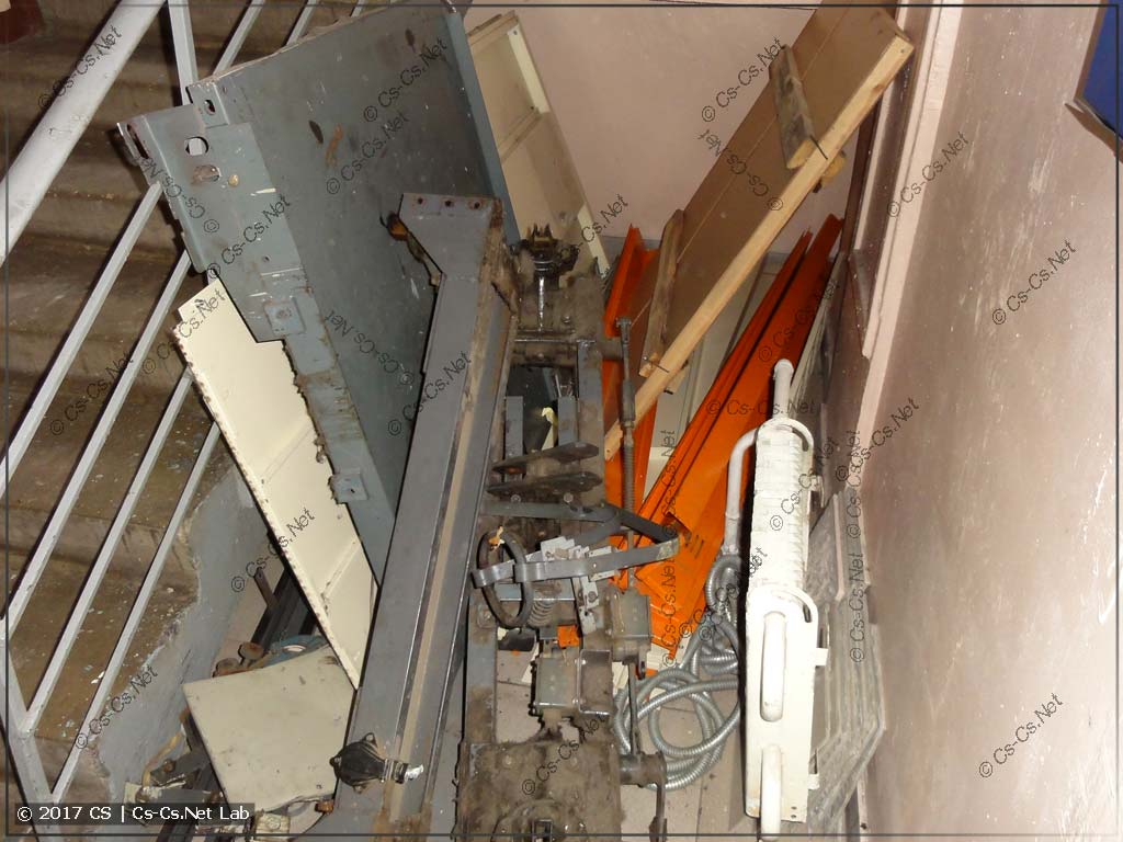 Демонтаж лифта: разобрали старую кабину