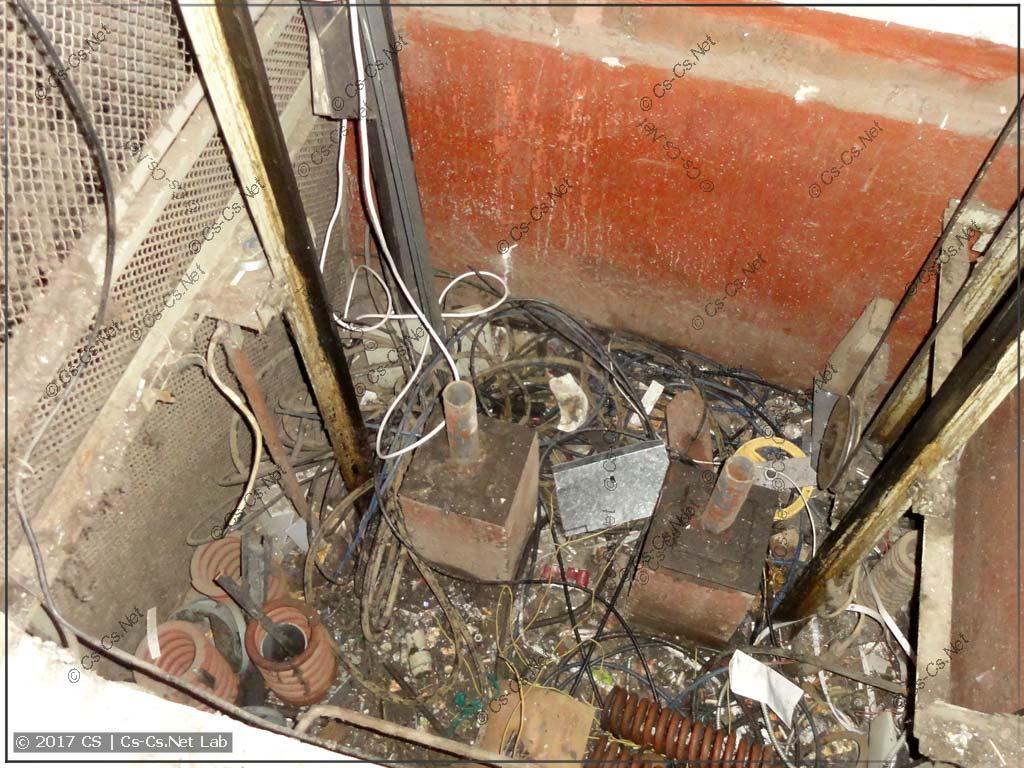 Внизу шахты есть остатки амортизаторов и куча мусора