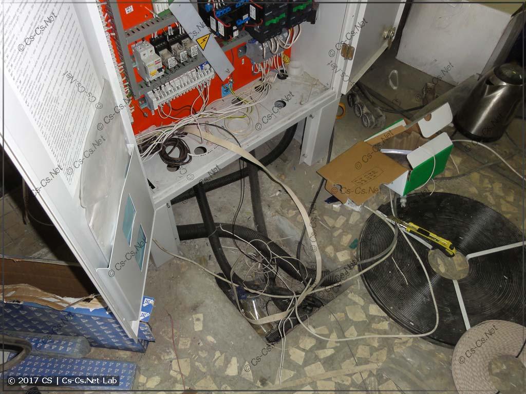 Новая станция управления лифтом и подвод кабелей к ней