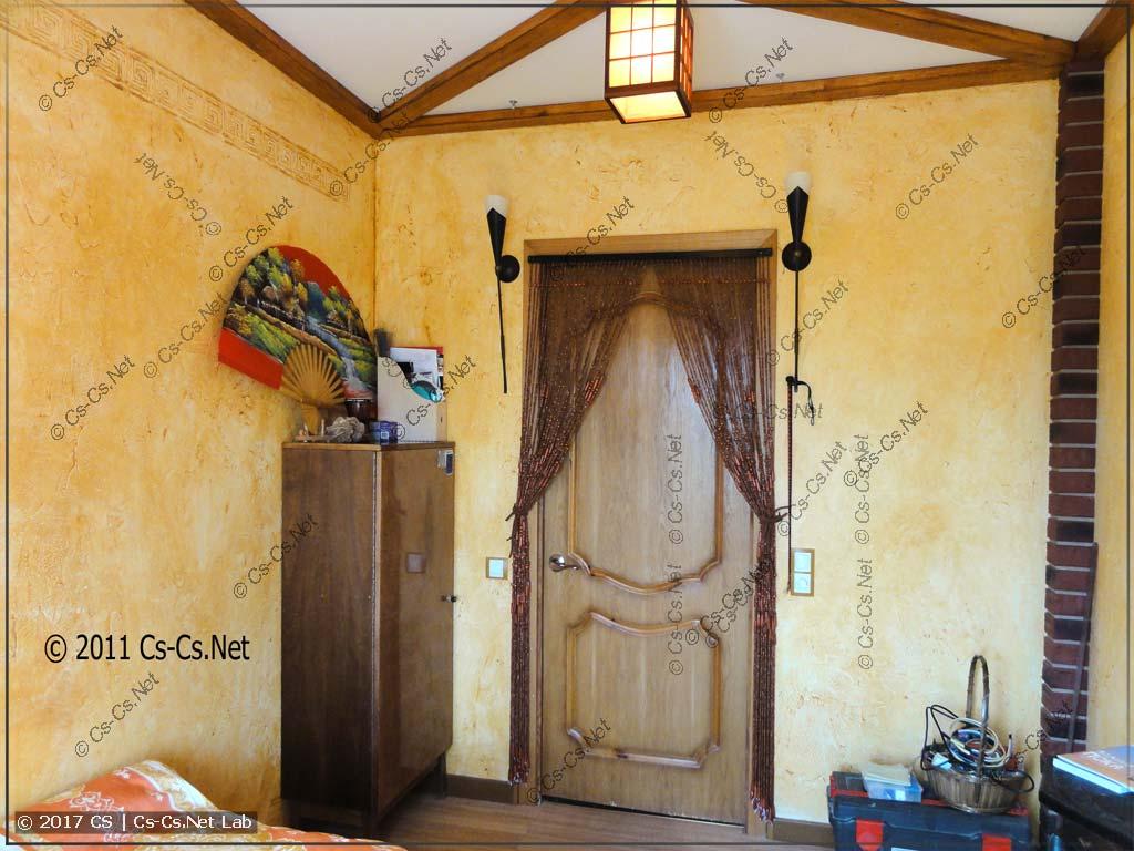 Итог ремонта: входная дверь и факелы