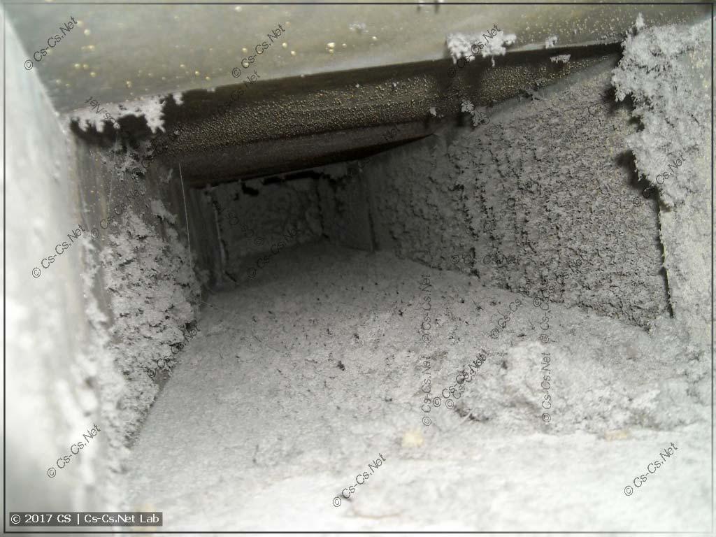 Внутри старого пыльного вентканала