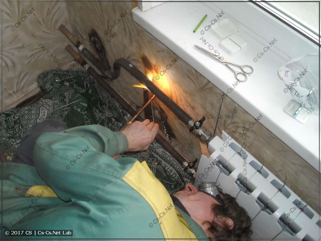 Сварщик варит остальную часть батареи