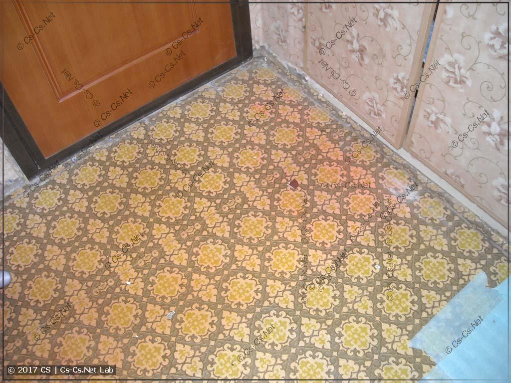 Вычищаем пол в коридоре тоже начисто