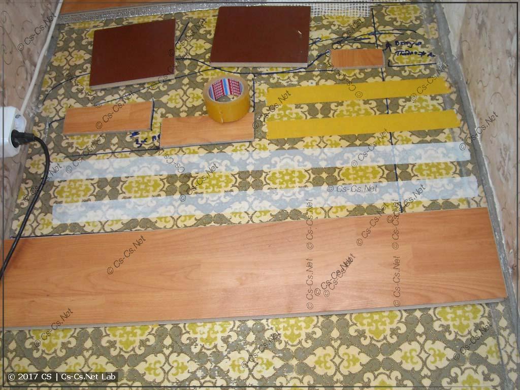 У кривого места пола делаем подкладку ламината