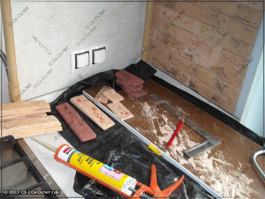 Процесс наклейки плитки Casavaga