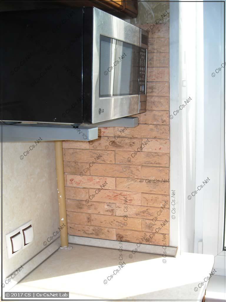 Старая стена кухни заклеена плиткой Casavaga