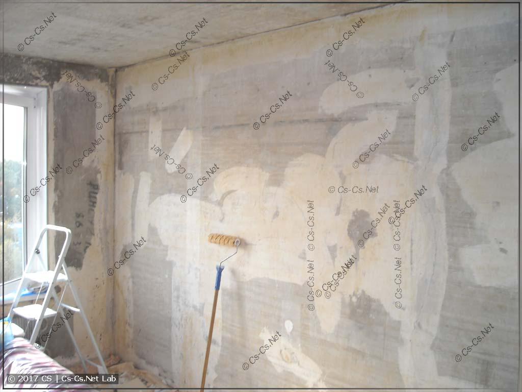 Очищаем всю стену большой комнаты