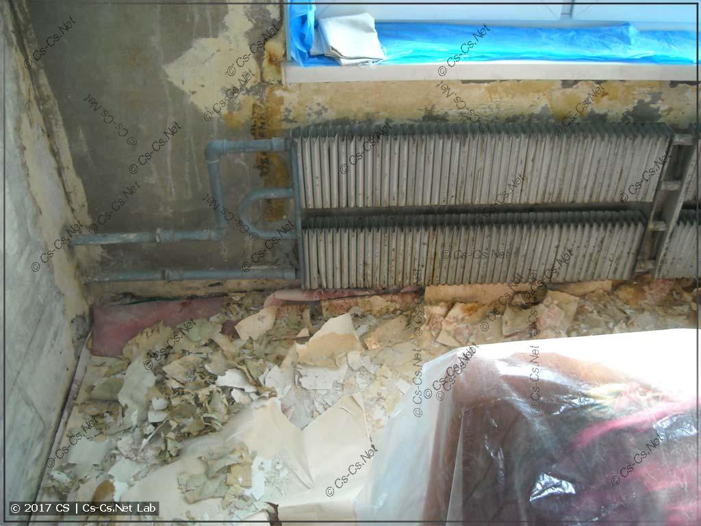 Очищаем старый радиатор и стену около него