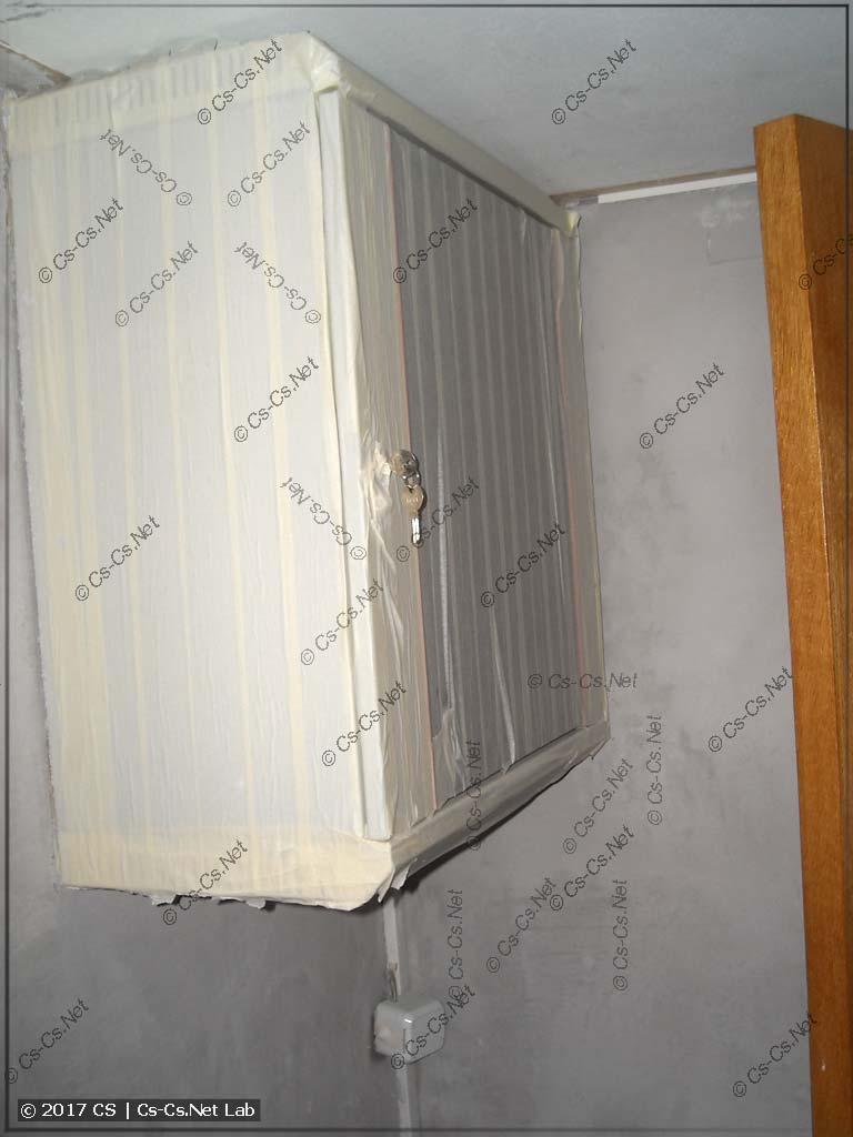Рэковый шкаф в коридоре пришлось заклеить маляркой