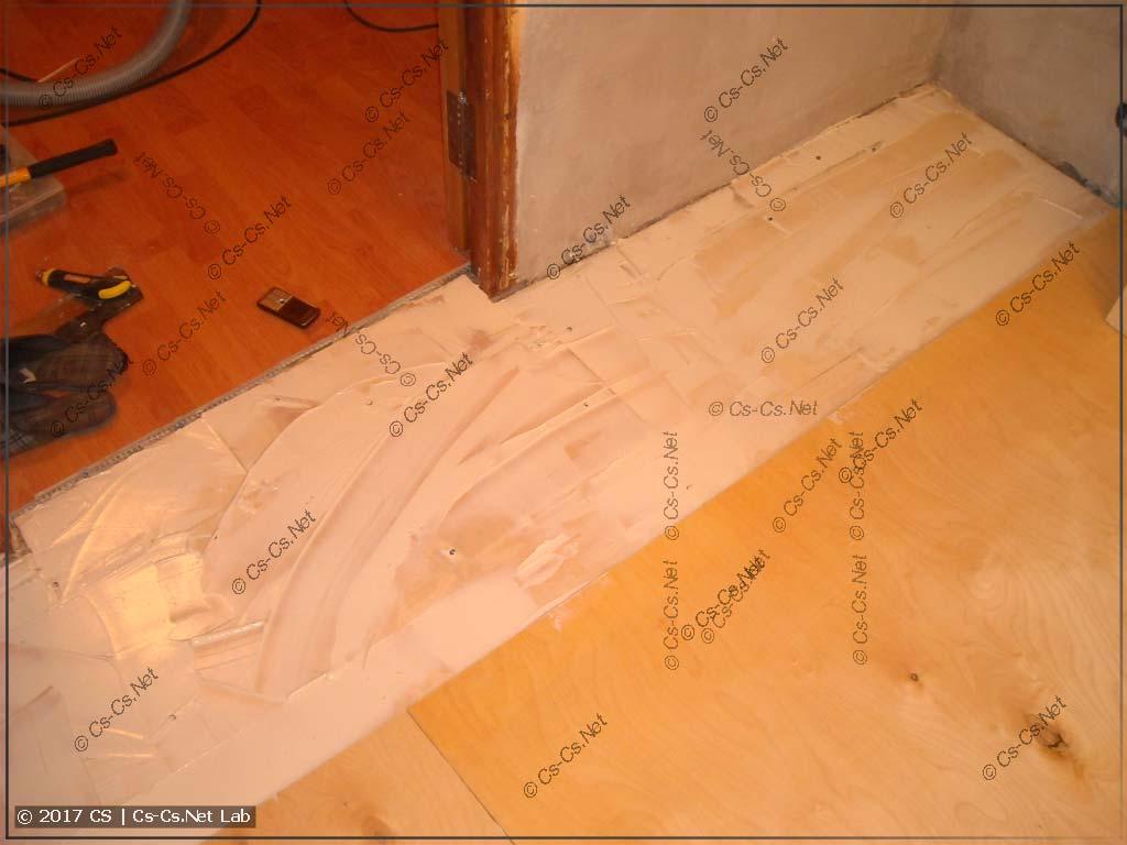 Укладываем второй слой фанеры на первый внахлёст