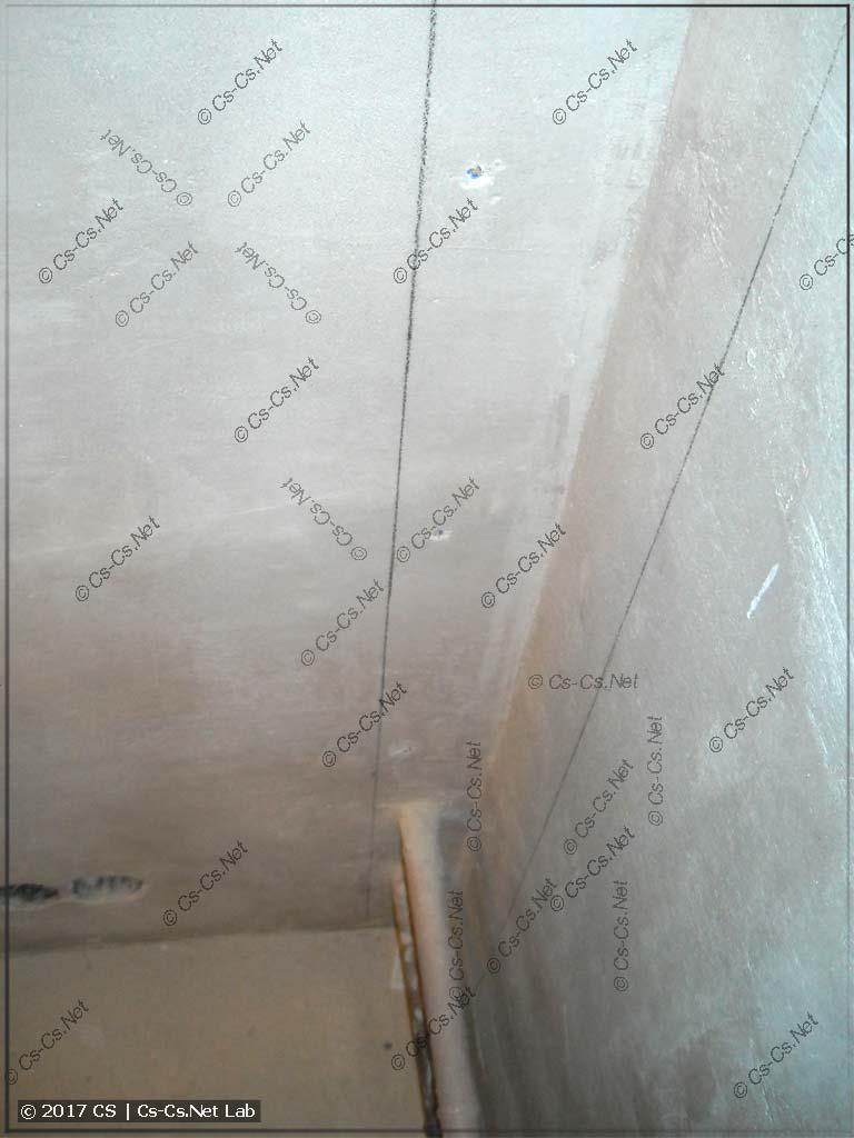 Размечаем стену и сверлим дырки для крепления брусьев