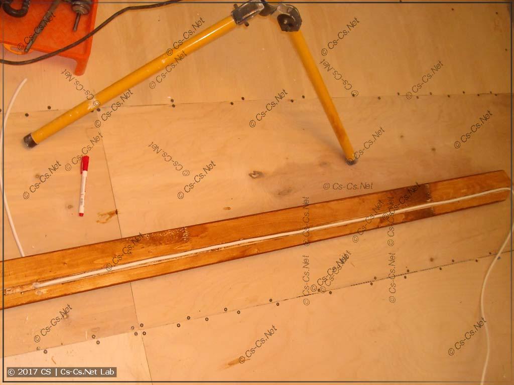 В досках вырезан канал для проводки