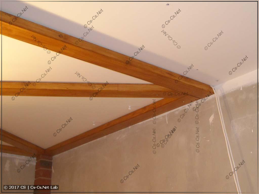 Монтируем на потолок окрашенные доски