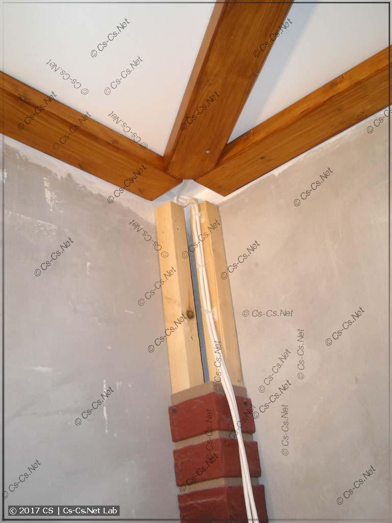 Убираем проводку в углы потолка и закрываем их