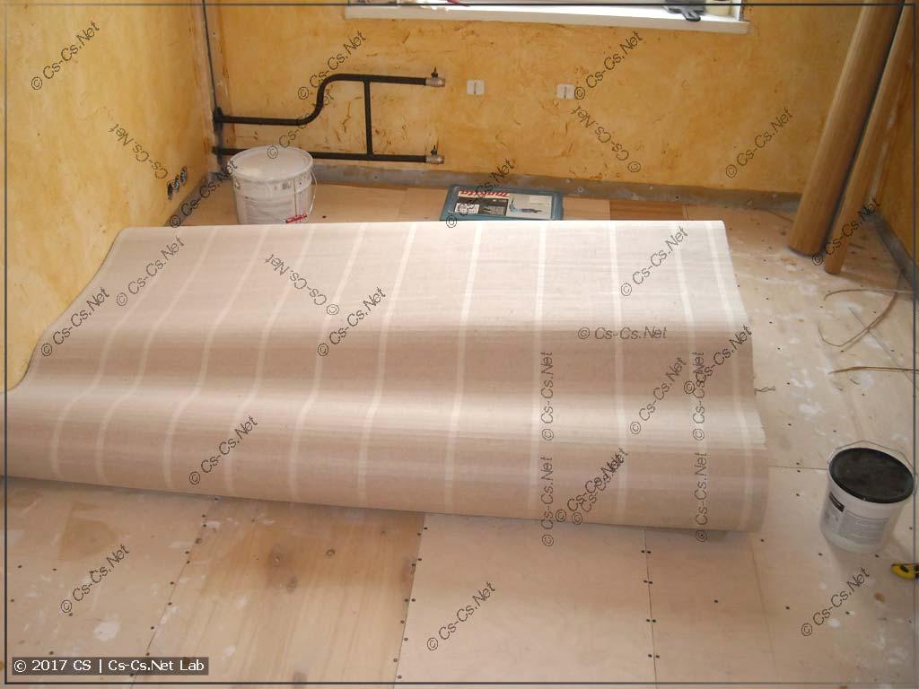 Наклеиваем полотно бамбука на пол!