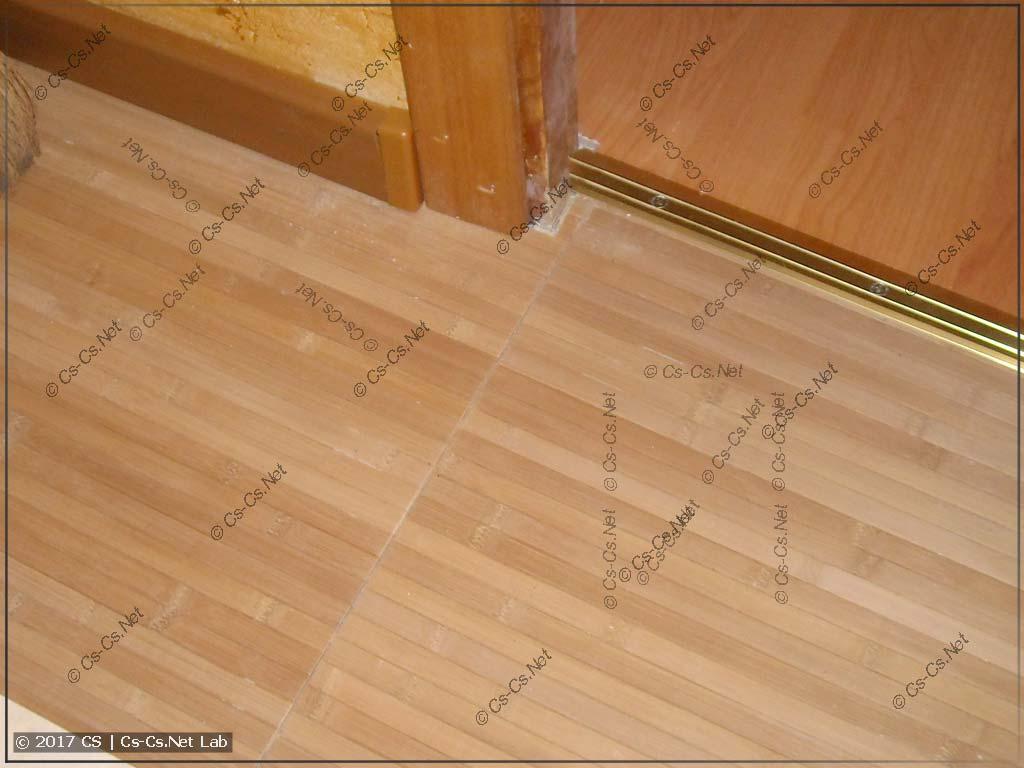 Сопряжение двух полос бамбука на полу и шов