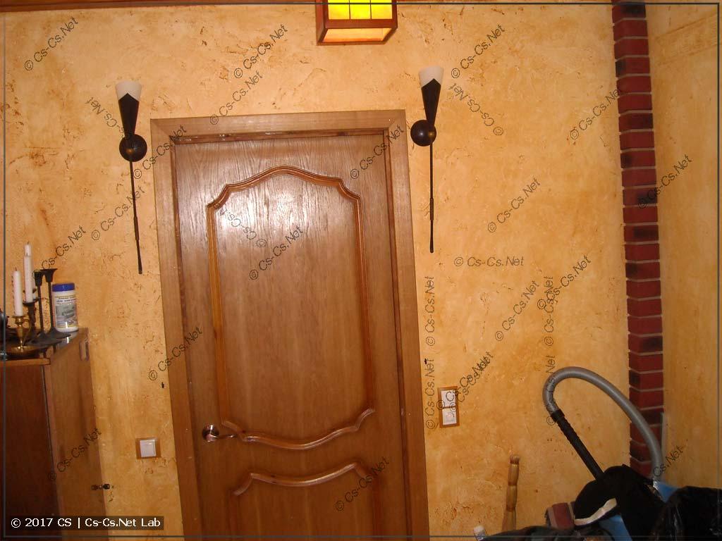 Входная дверь и светильники-факелы