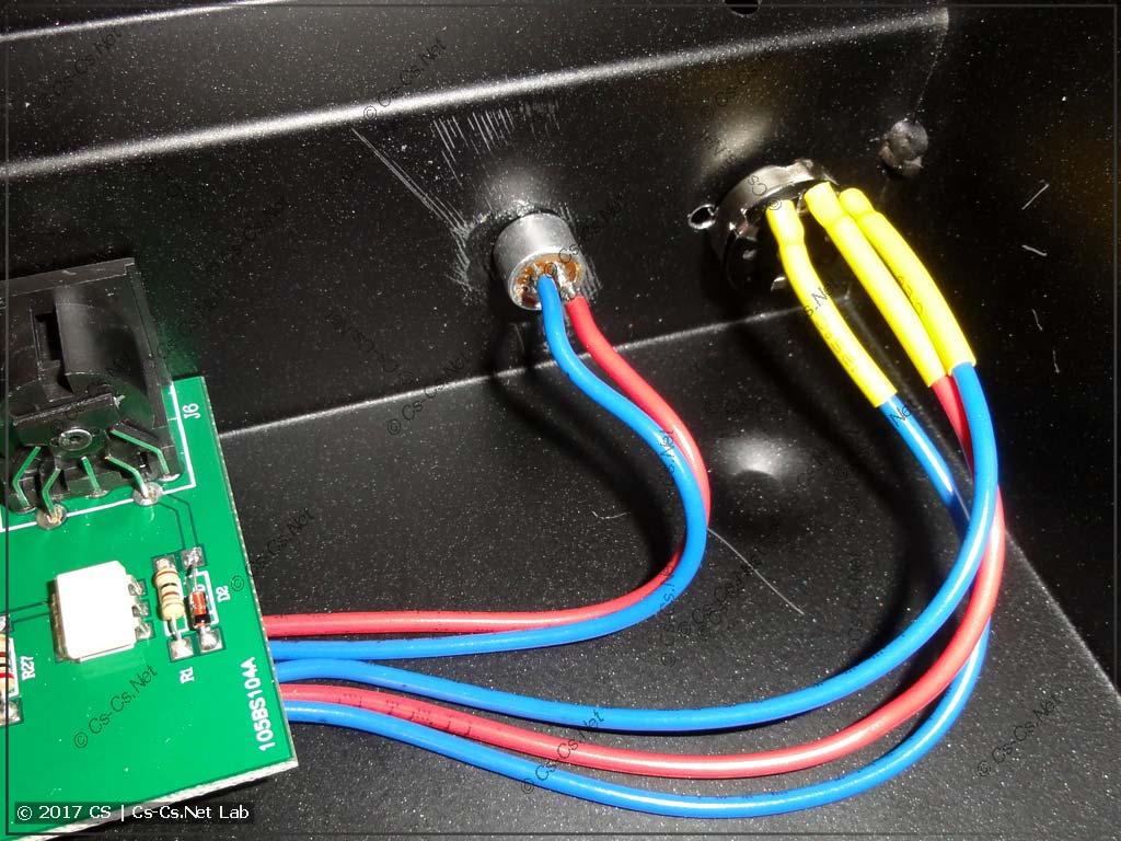 Микрофон и резистор регулировки чувствительности установлены на корпусе пульта