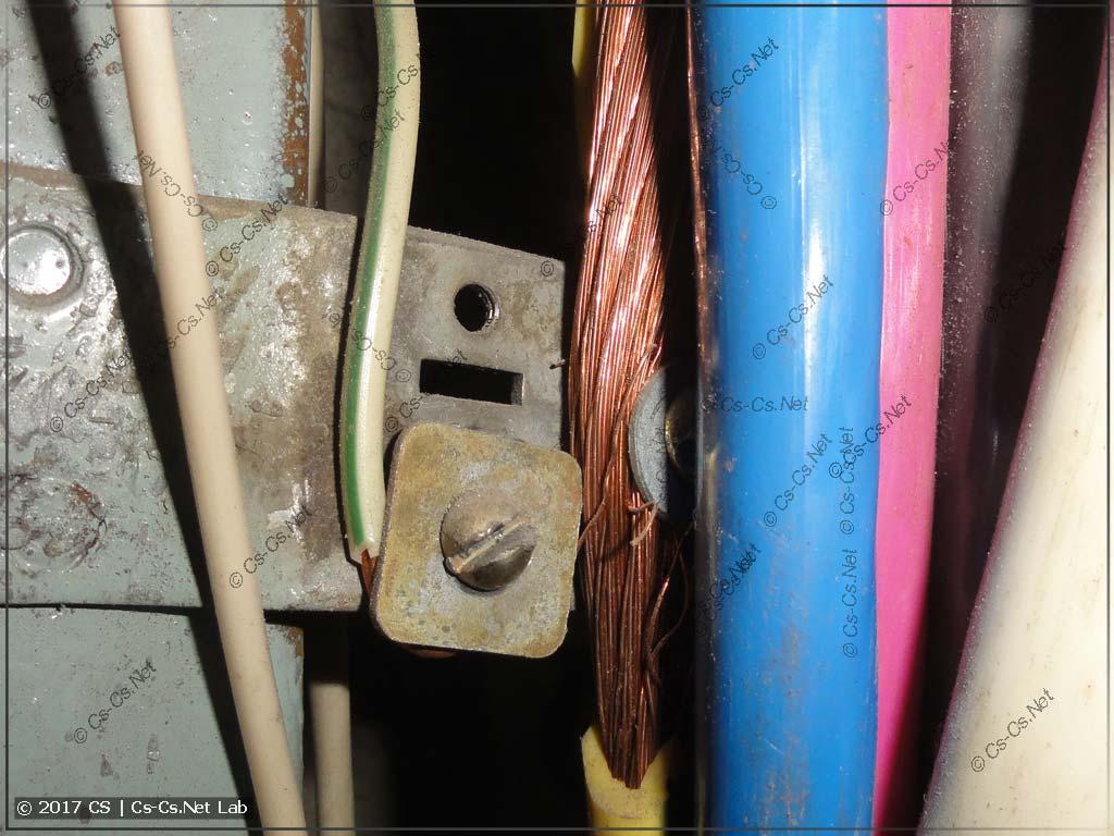 Подключение провода PE к корпусу щита на винтике