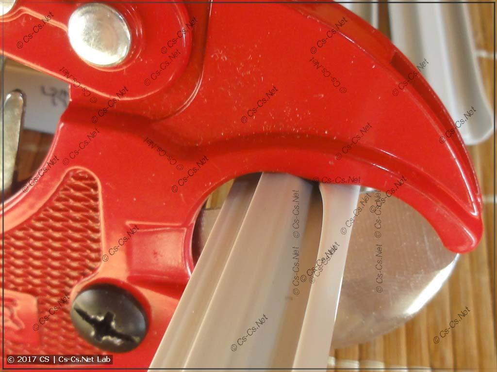 Режем гребёнку PS1 при помощи ножниц для пластика