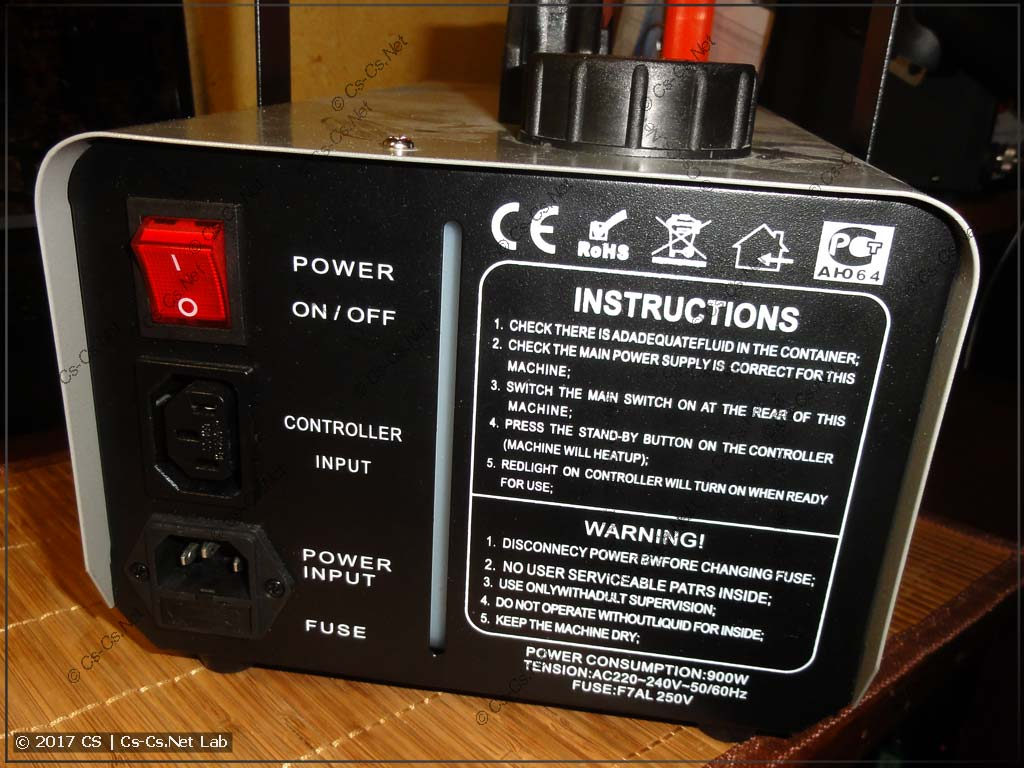 Задняя панель дымовой установки FM900 до переделки: разъём питания, разъём пульта и выключатель