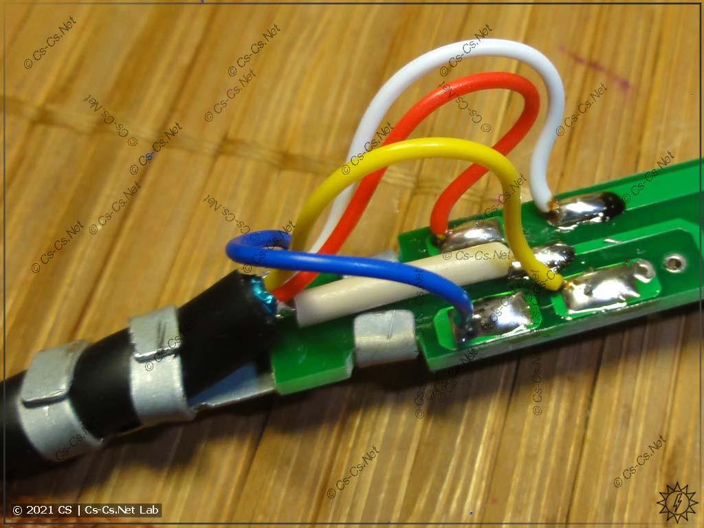 Новый, более длинный, кабель (SCART на 4 жилы) припаян на место штатного (паяльник станции 898BD)