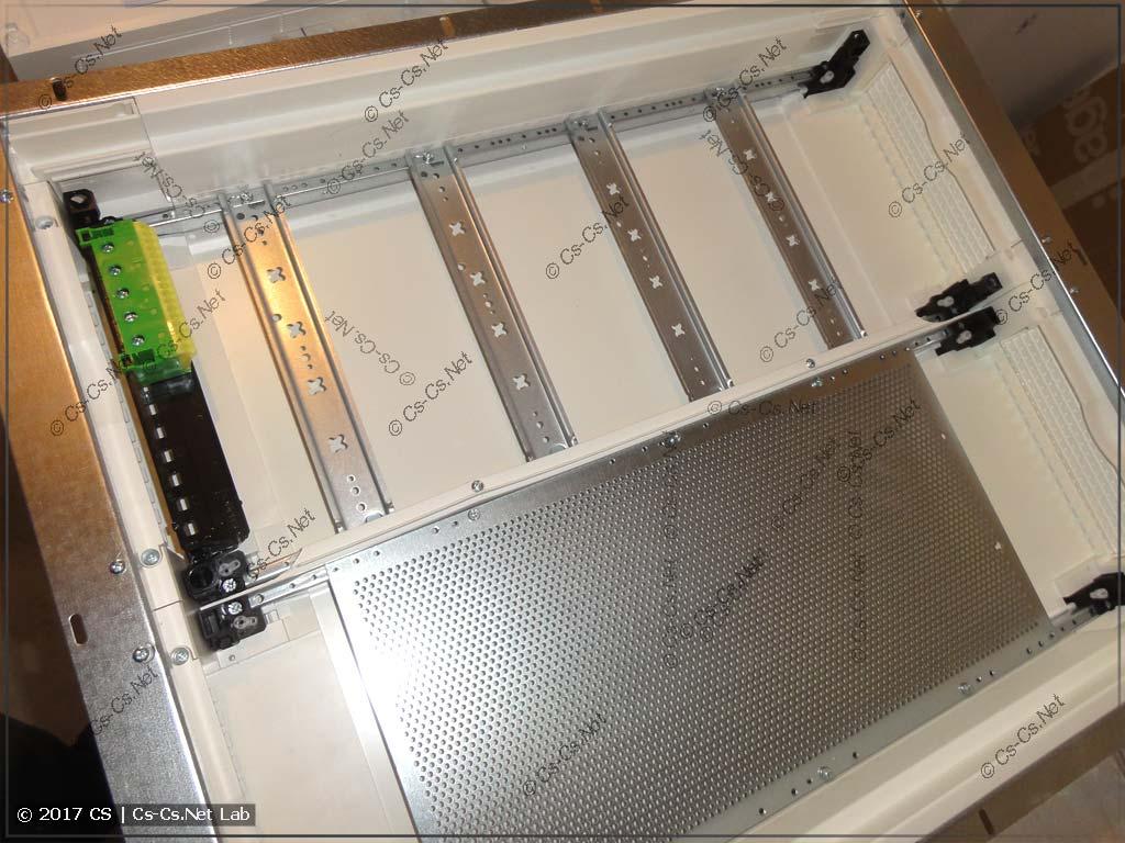 Корпус щита Hager серии FW с монтажной панелью для слаботочки
