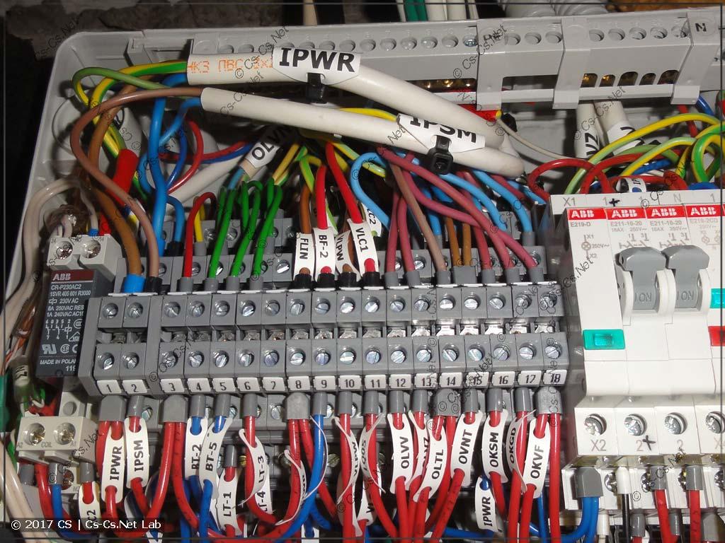 Все кабели подключены на свои клеммы