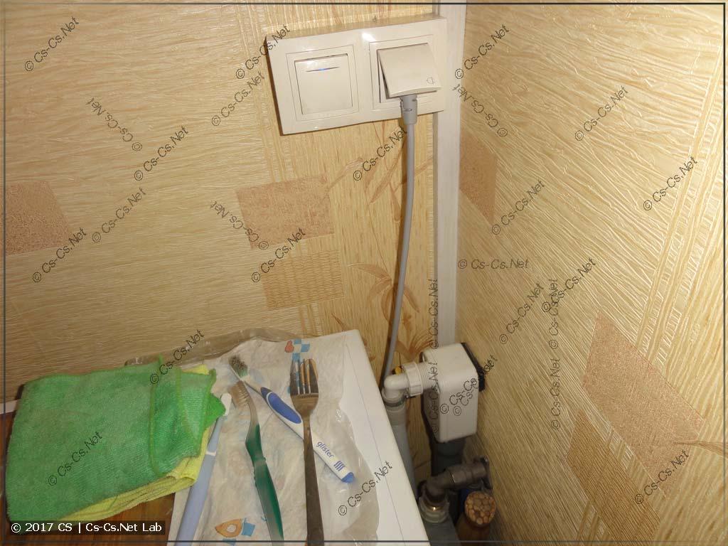Розетка и выключател клапана подачи воды на стиральную машину в коридоре