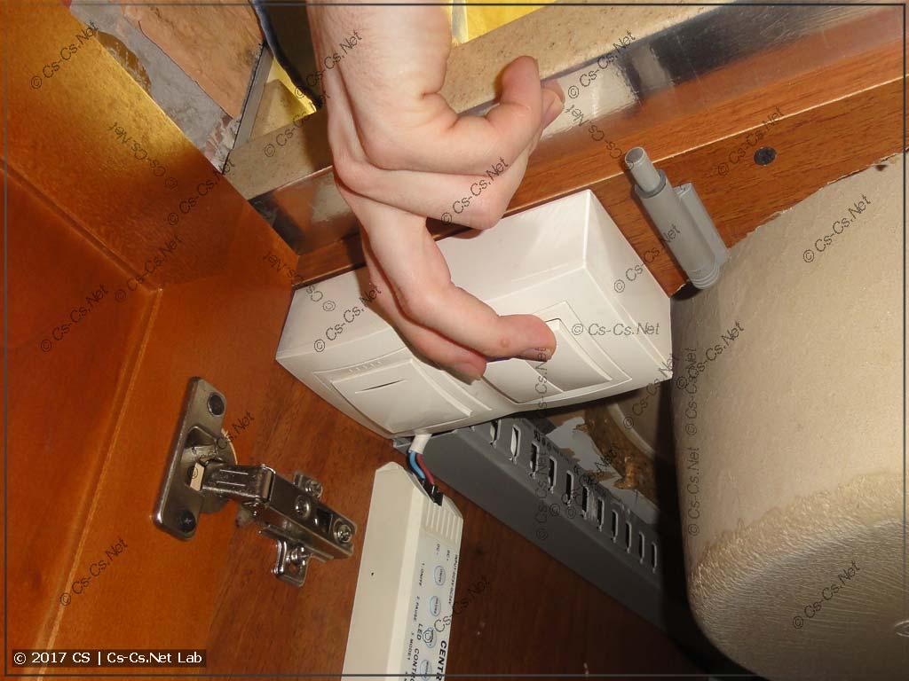 Кнопки управления фильтром воды на кухне в работе