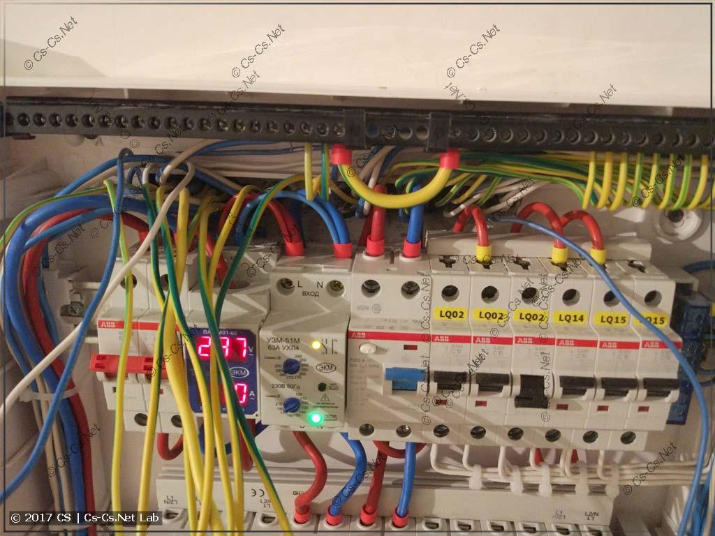 Фотка от Funt: Неудобное место для ввода кабелей