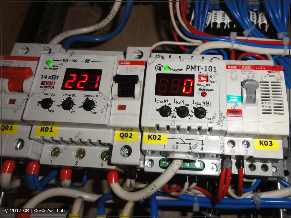 Часть автоматики щита: реле контроля напряжения и контроля тока нагрузки
