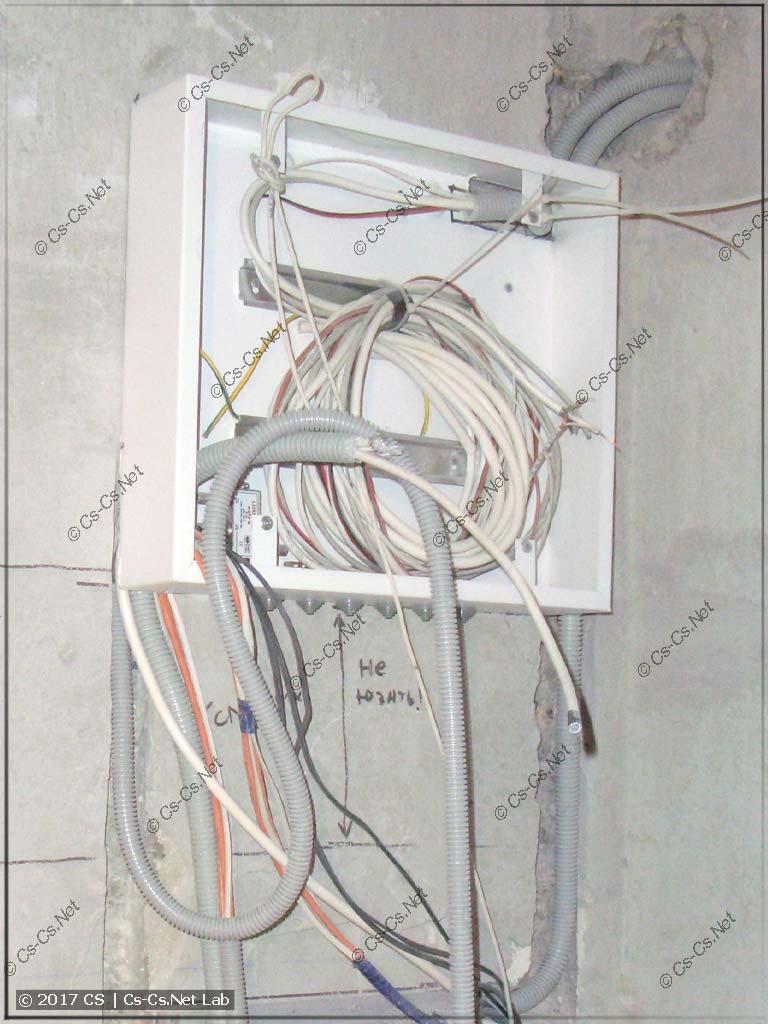 Слаботочный щит для квартиры в простой металлической коробке
