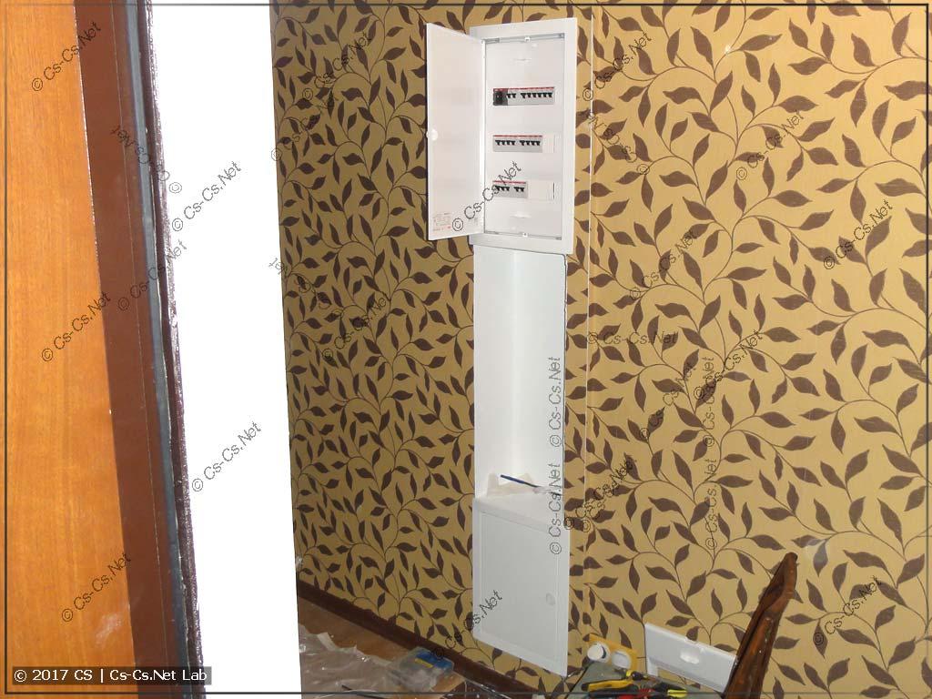 Щит слаботочки (внизу) и силы (вверху) в квартире