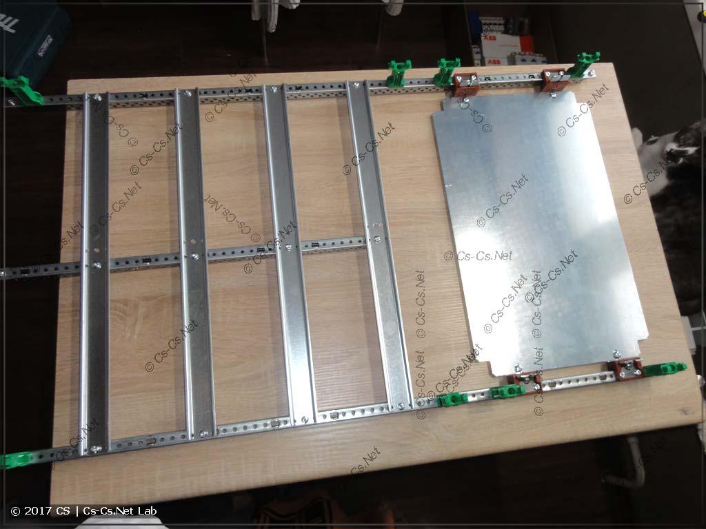 Совмещённый щиток силы и слаботочки: установлена монтажная панель