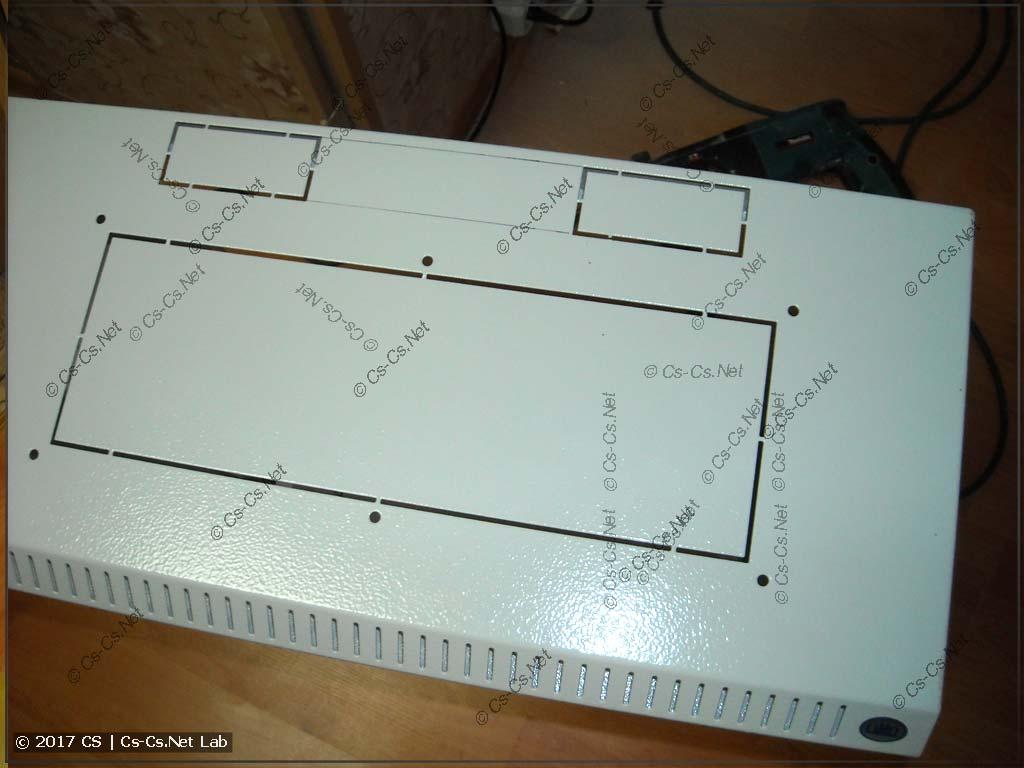 Верхняя часть рэкового шкафа с местами для кабельных вводов