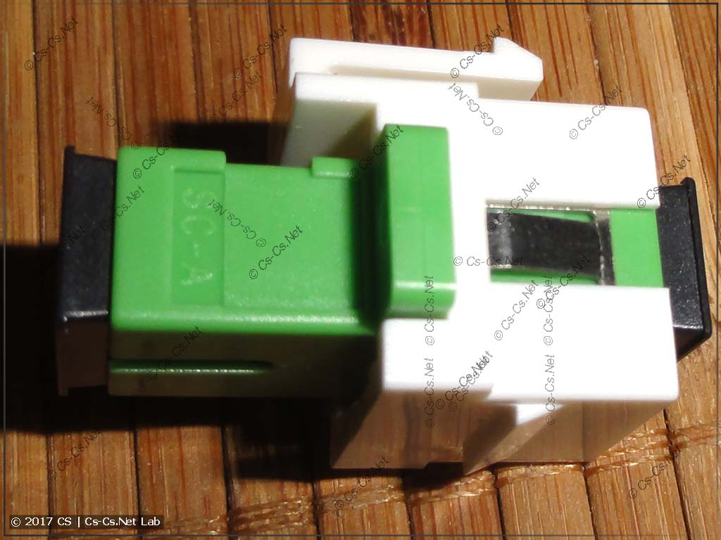 Вставляем проходной адаптер для оптики в держатель формата KeyStone