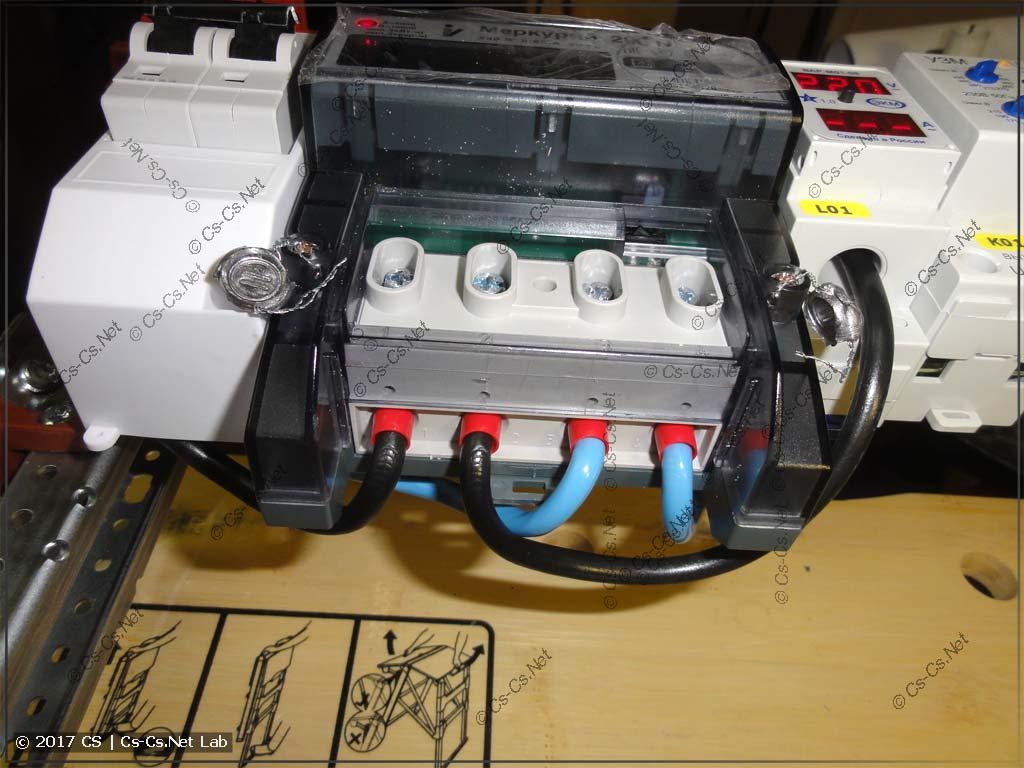 Для того, чтобы подключить провода к счётчику, я снял нижнюю DIN-рейку