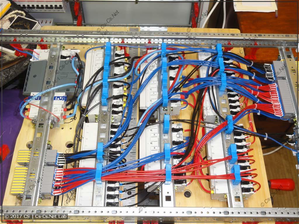 Провода сзади щита (на держателях ED44P10)