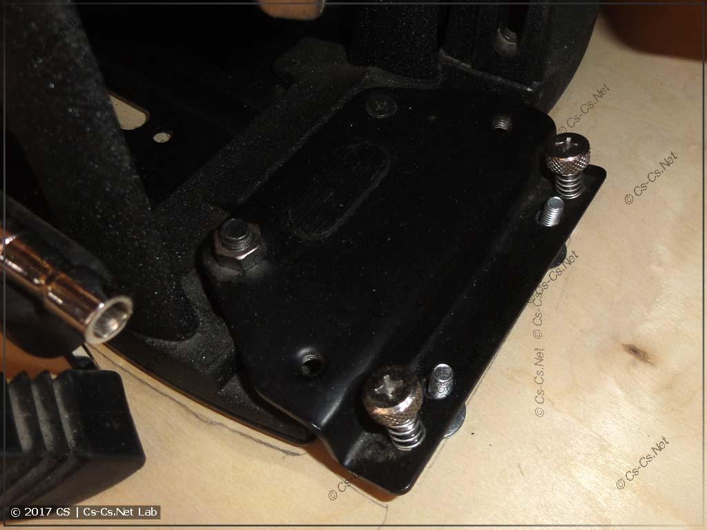 Левая педаль кардана встаёт на болты и никуда не уезжает, но её можно снять