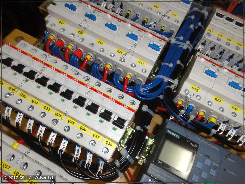 Жгуты проводов в щите от силовой части уложены между автоматами