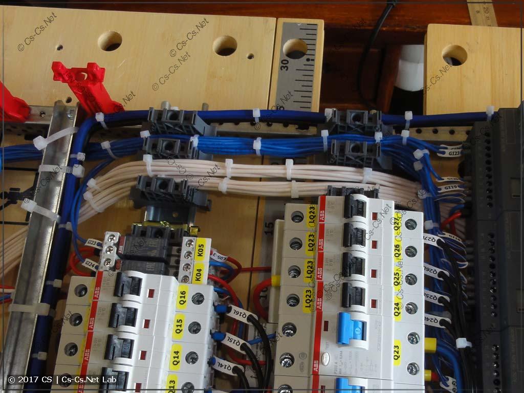 Жгуты проводов от Siemens Logo (выходы лам и управление) уложены рядками