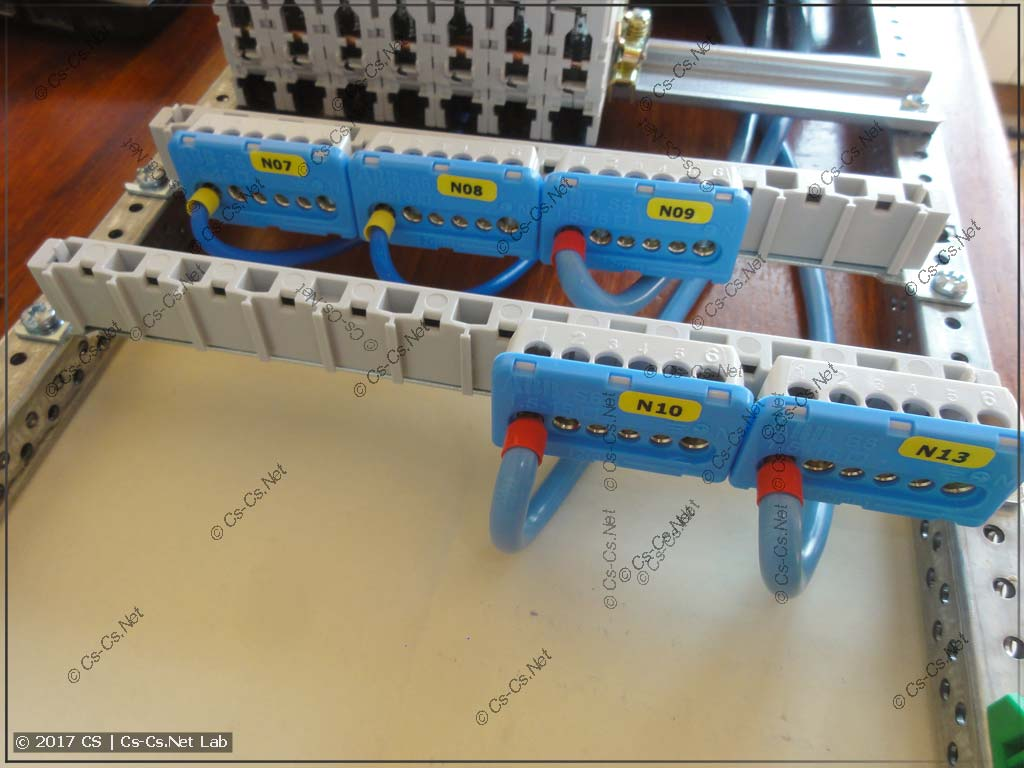 Нулевые шинки в щите стоят на держателях ZK14