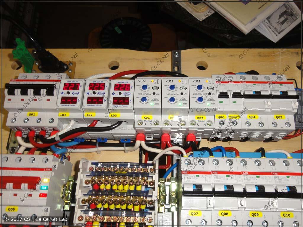 Провода в щите уложены так, что не мешают друг другу