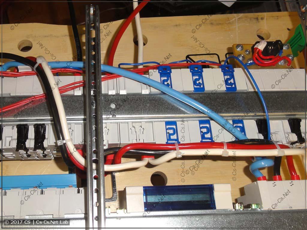 Провода над главным кросс-модулем уложены очень компактно